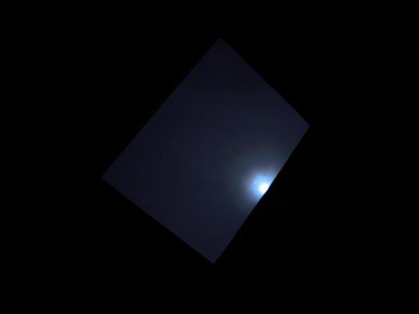 天窓から月