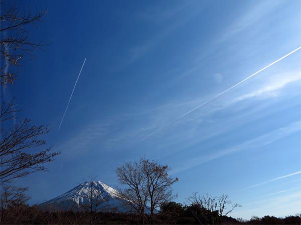 ヒコーキ雲と富士山