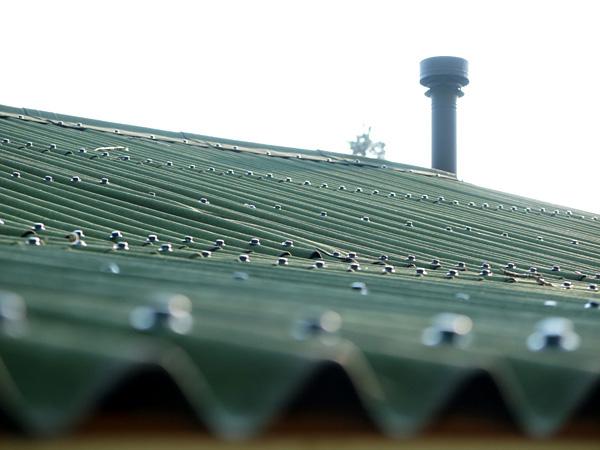 屋根から煙突