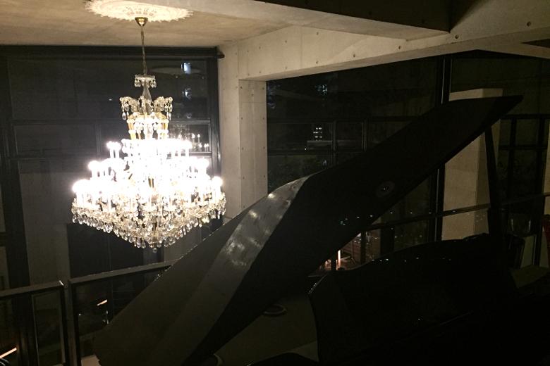 吹き抜け2階からの風景・シャンデリアとピアノ