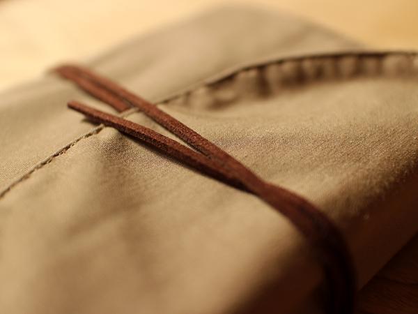 細い皮紐ベルト